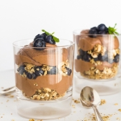 Chocolate Greek Yogurt Parfait with Fresh Fruits – Παρφέ Γιαουρτιού με Σοκολάτα & Φρέσκα Φρούτα