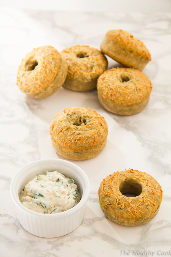 Savory-Cheese-&-Herb-Doughnuts-with-Spicy-Spread – Αλμυρά-Ντόνατς-με-Τυρί-και-Μυρωδικά-με-Πικάντικο-Άλειμμα