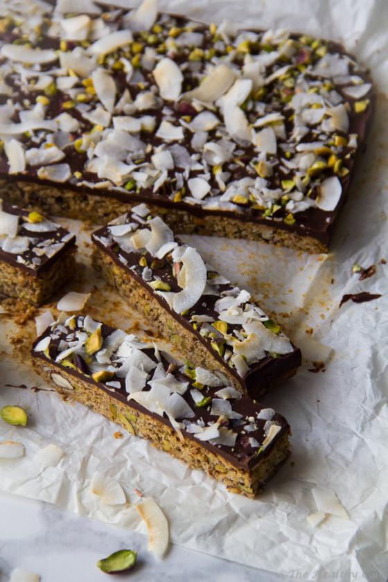 Πολύ γευστικές και υγιεινές μπάρες δημητριακών με σοκολάτα, καρύδα, και φιστίκια Αιγίνης - Delicious and healthy chocolate & coconut granola bars with pistachios
