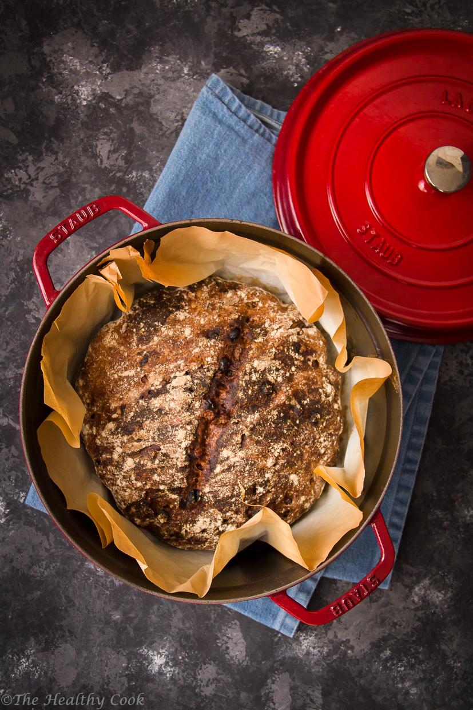 Ψωμί ολικής με καρύδια και σταφίδες, χωρίς ζύμωμα. Ιδανικό για το πρωινό ή σνακ. - Whole wheat no-knead walnut & raisin bread, for your breakfast or snack