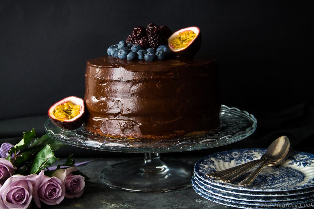 """Υγιεινή τούρτα σοκολάτας, με παντεσπάνι ολικής και υγιεινό γλάσο, για γενέθλια και όχι μόνο - Healthy whole wheat birthday cake with an avocado """"buttercream"""""""