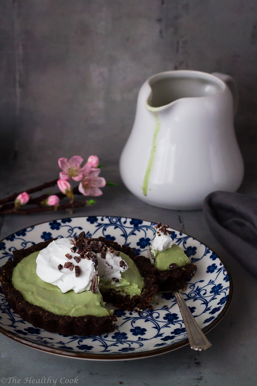 Τάρτες σοκολάτας χωρίς γλουτένη, με κρέμα με τσάι μάτσα και καρύδα, σερβιρισμένες με σαντιγί καρύδας - Gluten-free chocolate tarts with matcha cream filling
