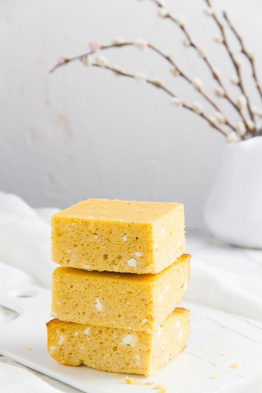 Εύκολη και γρήγορη τυρόπιτα με κεφίρ και καλαμποκάλευρο, ιδανικό σνακ για το σχολείο ή το γραφείο - Cornmeal & kefir cheese bake, an ideal snack for all